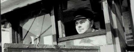 Gerhard Schmidt guckt durch ein Fenster im Kutter